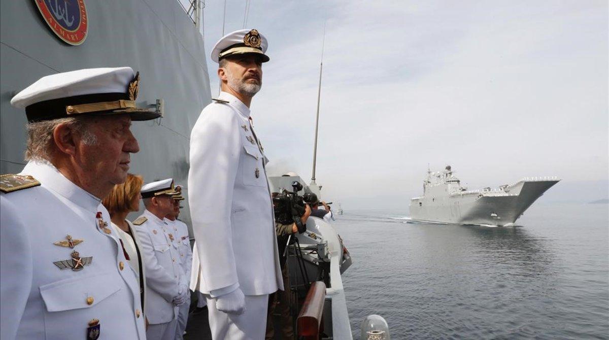 Juan Carlos y Felipe, el 2 de junio de 2017, en Pontevedra, en el aniversario de la Real Compañía de Guardiamarinas.