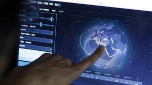 Un ingeniero revisa rutas de ciberataques.