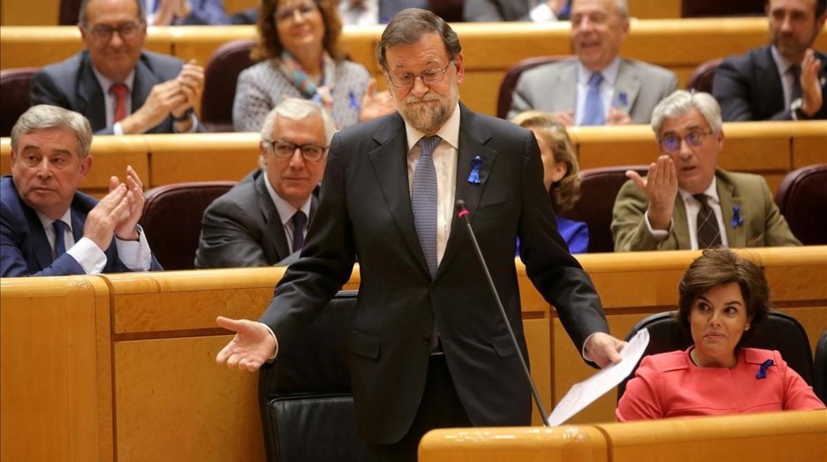 Mariano Rajoy y, a su izquierda, Soraya Sáenz de Santamaría, este martes en la sesión de control en el Senado.