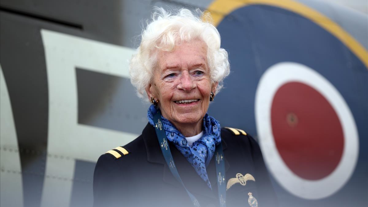 Mary Ellis, piloto del servicio Auxiliar de Transporte Aéreo, posa en agosto del2015.