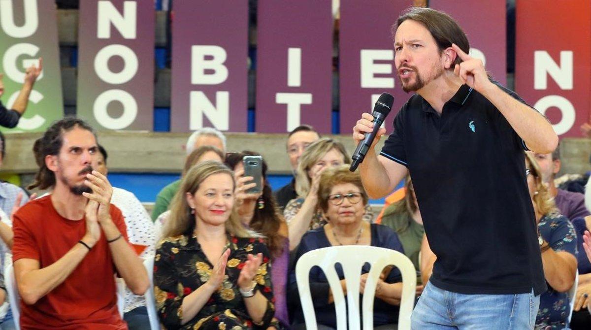 El secretario general de Podemos, Pablo Iglesias, en un acto en Canarias, junto al secretario de Organización, Alberto Rodríguez, y la diputada, Victoria Rosell