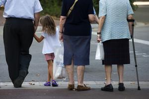 Unos abuelos con su nieta, en una calle de Barcelona.