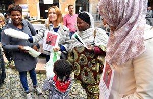 Varios inmigrantes participan en una protesta contra las medidas discriminatorias en la localidad italiana de Lodi.