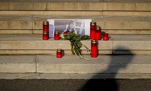 Velas frene al ministerio del Interior de Bucarest en señal de recuerdo de la joven asesinada.