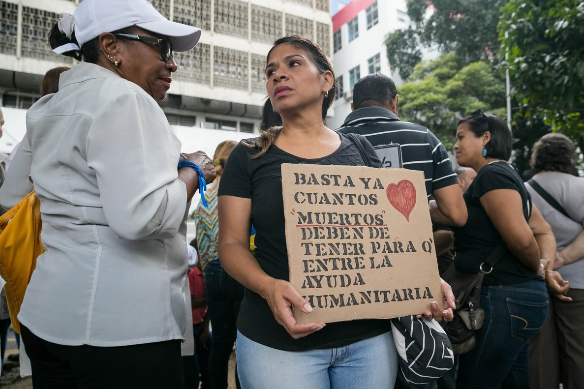 Un grupo de mujeres piden ayuda humanitariaen Caracas,Venezuela.