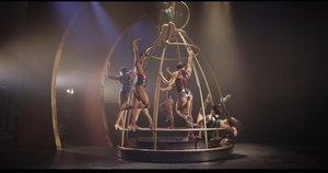 La jaula de las locas a la que hace referencia el título de la obra.