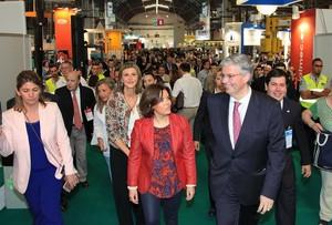 La vicepresidenta del Gobierno, Soraya Sáenz de Santamaría (centro), y el delegado especial del Estado en el Consorci de la Zona Franca de Barcelona, Jordi Cornet (derecha), en la clausura de la feria SIL del 2016.