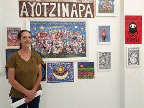 Beatriz Aurora posa junto a algunas de sus obras zapatistas.
