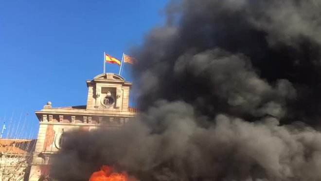 Els bombers porten la seva protesta a les portes del Parlament