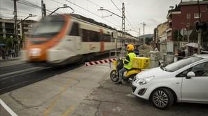 Un paso a nivel de la estación de Rodalies de Montcada i Reixac