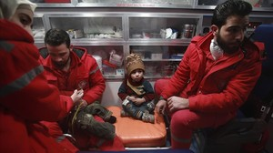Comença l'evacuació de malalts greus d'un enclavament assetjat a Síria