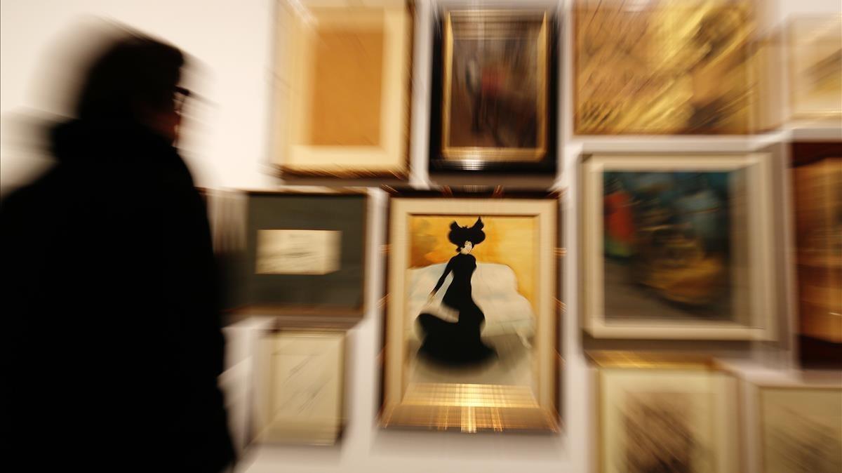 Una de las paredes de la exposición que celebra los 140 años de trayectoria de la Sala Parés con artistas vinculados históricamente a la galería.