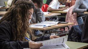 Prueba de competencias básicas en 4º de la ESO, en un instituto de Badalona, en febrero del 2018.