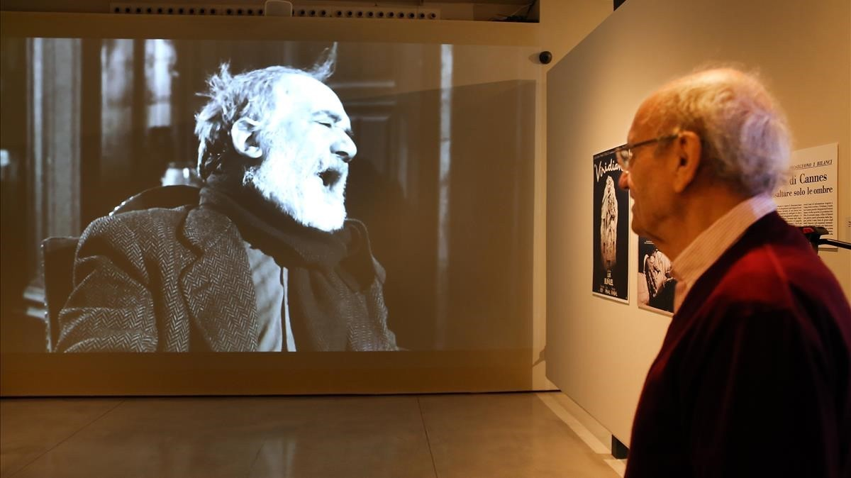 Pere Portabella mira un fotograma de Viridiana, en la exposición que le dedica Can Framis.