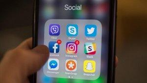 Un usuario consulta las redes sociales en su móvil