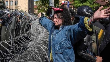 Miles de armenios protestan en la calle contra la vuelta al poder del expresidente Sargsyán