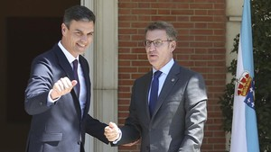 Pedro Sánchez recibiendo al presidente de la Xunta gallega, Alberto Núñez Feijoó.
