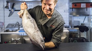 Mikel Lopez,chef del Orio Born,sujetaun bonito.