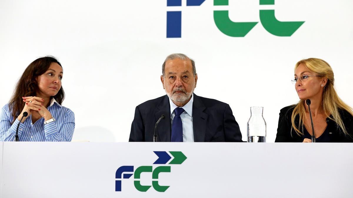 El empresario mexicano Carlos Slim, flanqueado por Esther Koplowitzy su hija,Esther Alcocer Koplowitz, presidenta de FCC, en su primera intervención como accionista mayoritario dela compañía.