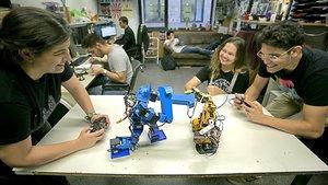 Roser Blasco y Gerard Domènech, a los mandos dePablo y Fisher, dos robots de combate, en el despacho de laasociación AESS.