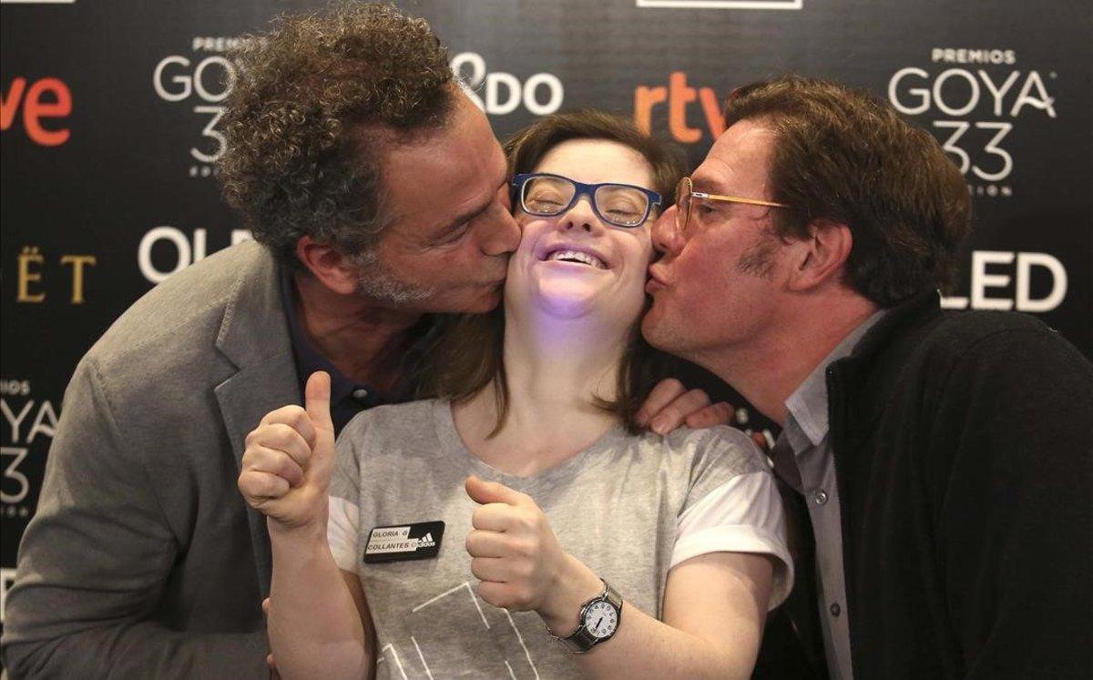 Gloria Ramos, actriz de'Campeones', recibe besos de Luis Manso y Álvaro Longoria, este miércoles en Madrid.