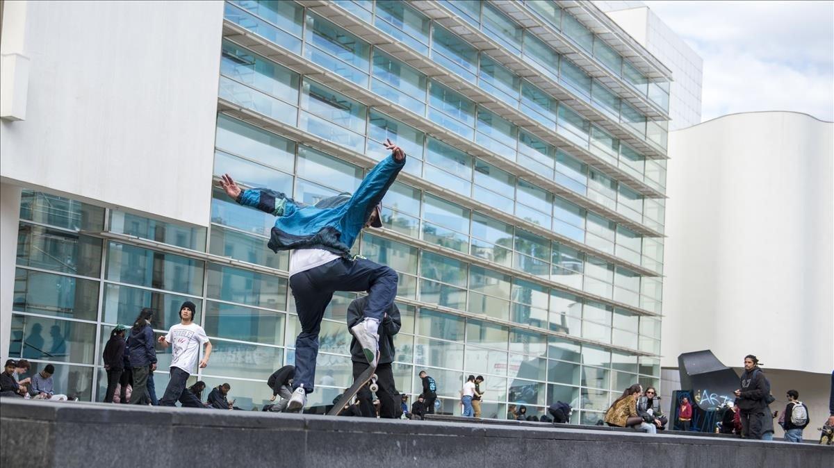 'Skaters'practicando frente al Macba en la plaça dels Àngels.
