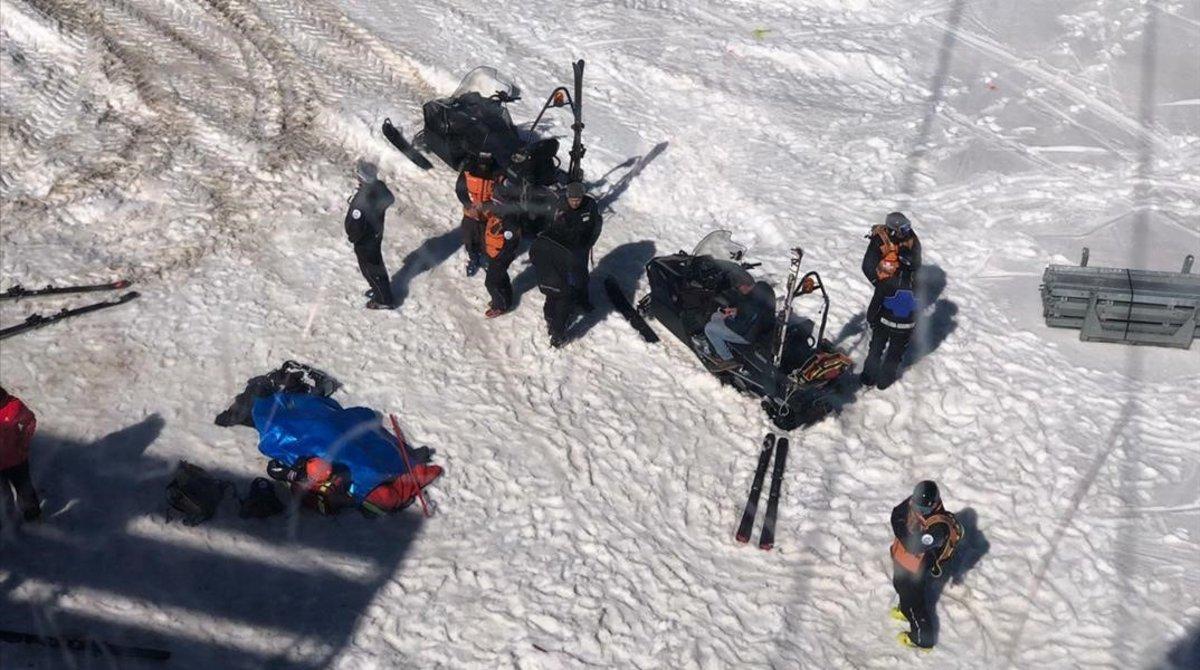 El personal de emergencia atiende al esquiador herido en Grandvalira.