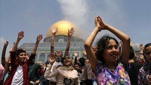La comunidad palestina se refresca frente a la Cúpula de la Roca (Jerusalén) durante el último viernes de Ramadán.