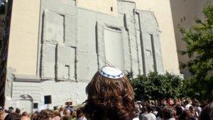 Judíos observando el lugar donde solía estar la Embajada israelí en un acto de conmemoración del atentado en Buenos Aires.
