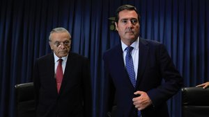 El presidente de la CEOE; Antonio Garamendi (derecha), asiste al Cercle Financer de La Caixa; acompañado porEl presidente de la Fundación Bancaria La Caixa, Isidre Fainé (izquierda).