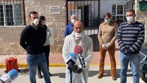 El alcalde de Alcalá del Valle, Rafael Aguilera, en un momento de su comparecencia ante la residencia de mayores afectada por coronavirus.