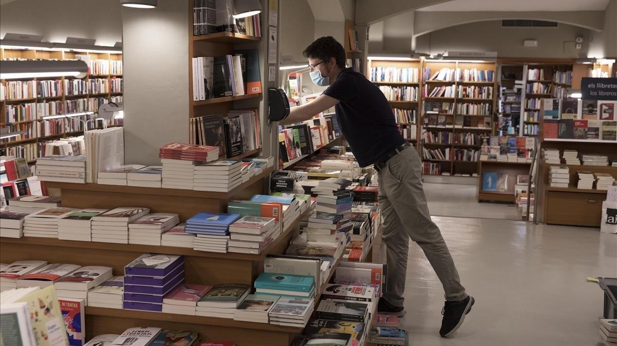 Interior de la librería Laie de Barcelona, este miércoles, preparando pedidos 'on line'.