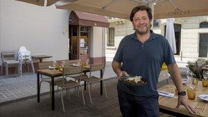 Jose Varela sujeta un plato de macarrones rellenos de carrillera en la terraza del restaurante La Xarxa.
