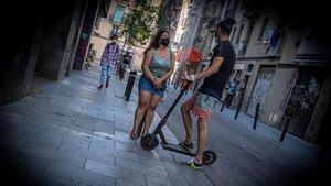 Una mujer ofrece sus servicios, en la calle d'en Robador de Barcelona, el pasado miércoles.