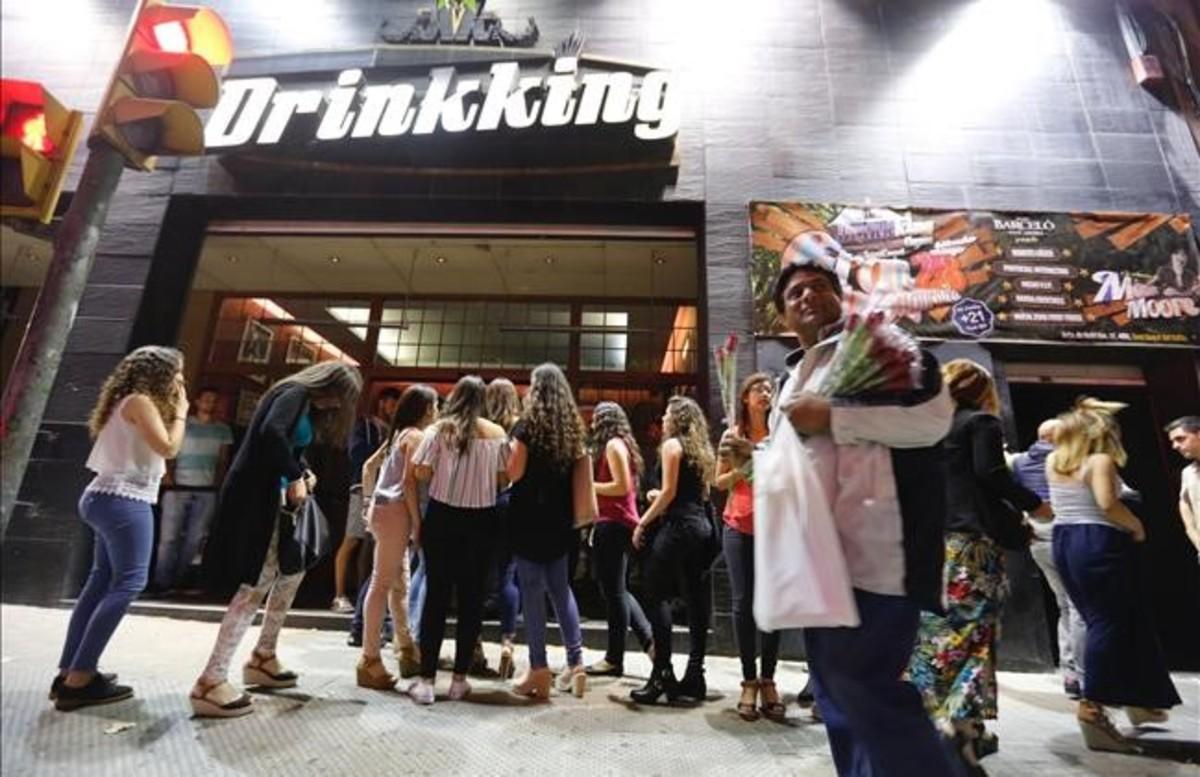 Jóvenes, a las puertas de la discoteca Drinkkingde la Zona Hermética, la noche de este jueves.