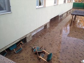 El pati per on va entrar laigua al semisoterrani, inundat.