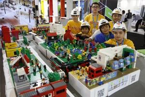 Miembros del Club de Robótica Cortocircuito de l¿Hospitalet en la feria Smart City Expo.