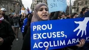 Una manifestante a favor de la acogida de refugiados, el 18 de febrero, en Barcelona.