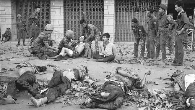 Muertos y heridos en la ofensiva del Tet, en Saigón, en otra imagen captada por Eddie Adams.