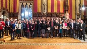 Los galardonados de los premios Ciutat de Barcelona 2017, en el Saló de Cent.