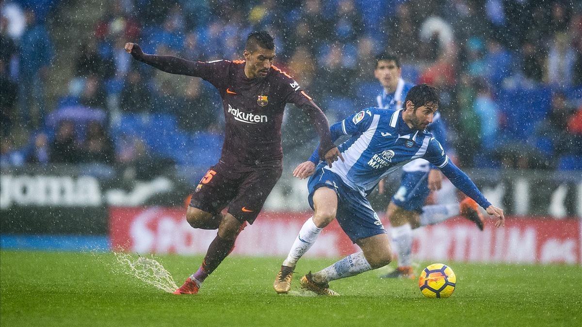 Granero se anticipa a Paulinho, en el partido de Liga Espanyol-Barça