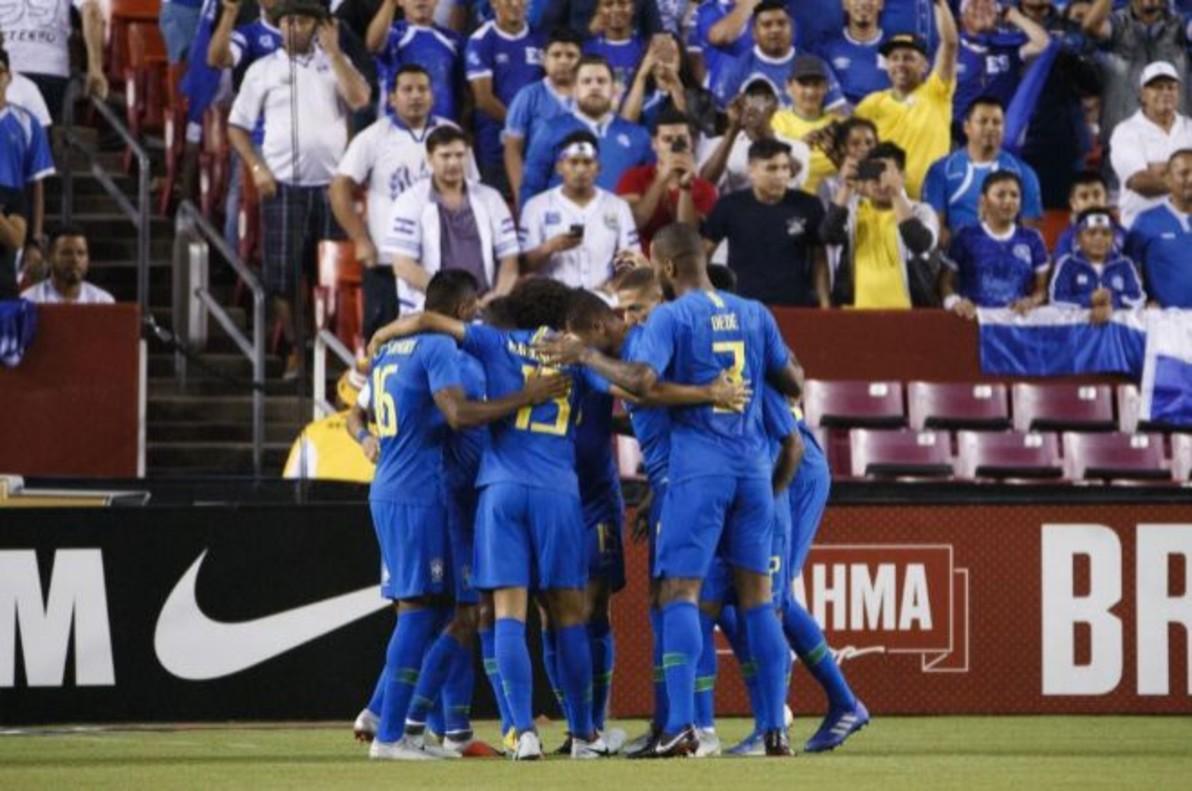 Los jugadores brasileños celebran un tanto ante El Salvador