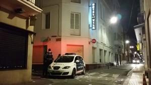 Una patrulla de los Mossos vigila la calle de Sant Josep, donde está el hotel Vila. En el suelo, papeletas de votación.
