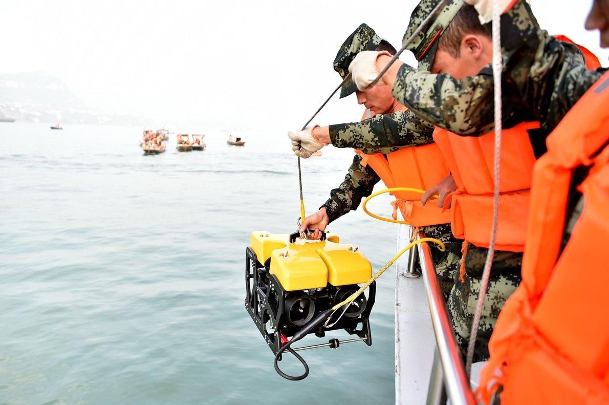 Las autoridades de salvamento han probado también con un robot submarino equipado con cámaras de alta definición.