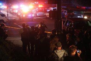 THOUSAND OAKSESTADOS UNIDOS- Un grupo de gente y prensa se agrupa cerca del lugar del tiroteoque ha causado al menos 11 heridosen el Borderline Bar and Grill en la localidad de Thousand OaksCaliforniaEstados Unidos.EFEMike Nelson