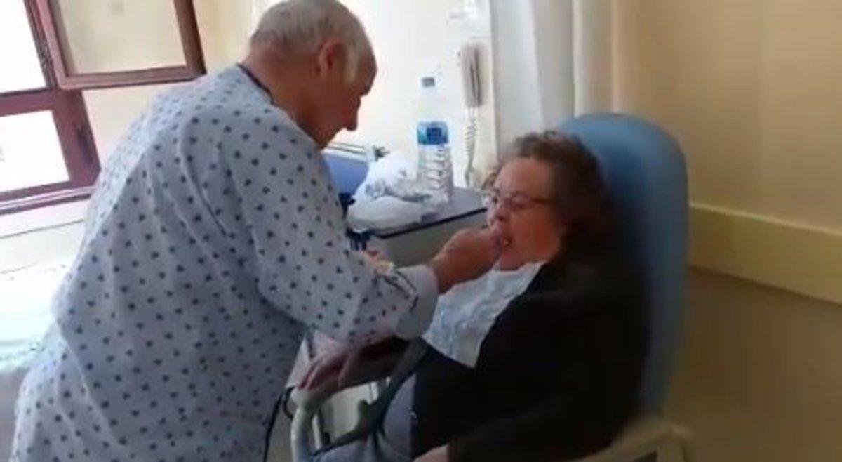 El emocionante vídeo de un anciano ingresado en el hospital que da de comer a su mujer