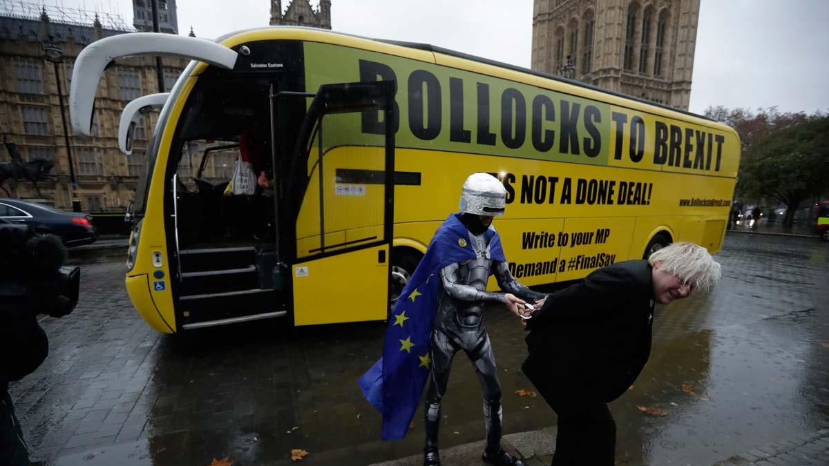 Activistas proeuropeos llegan con un autobús a las puertas del Parlamento británico.