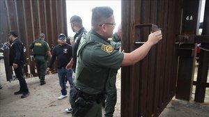 Agentes fronterizos estadounidenses en la frontera con México.