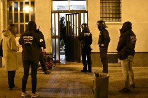 Agentes de los Mossos entran en un domicilio en Sant Roc (Badalona).