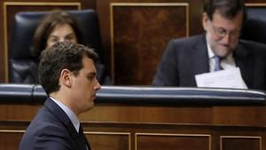 Albert Rivera pasa frente al presidente Rajoy en una imagen de archivo.